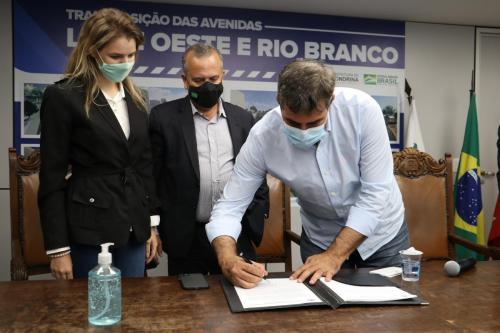 Assinatura do contrato para execução de trincheira no cruzamento das avenidas Rio Branco e Leste-Oeste - Fotos Vivian Honorato