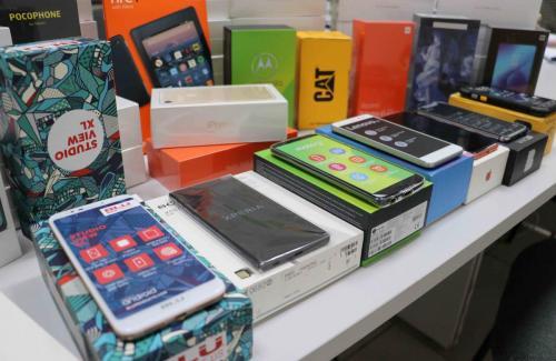 14.06.2021 Entrega de celulares a estudantes da Rede Municipal - Foto: Vivian Honorato_NCom